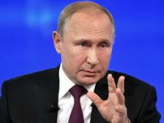 Путин поручил повысить зарплаты